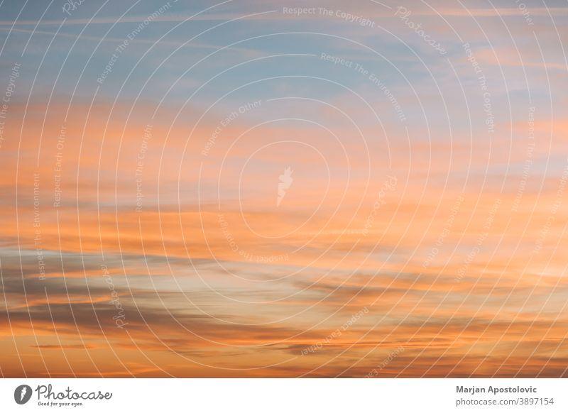Blick auf den wunderschönen Sonnenuntergangshimmel abstrakt Air erstaunlich Atmosphäre Hintergrund Schönheit blau hell Windstille Klima Cloud Wolkenlandschaft