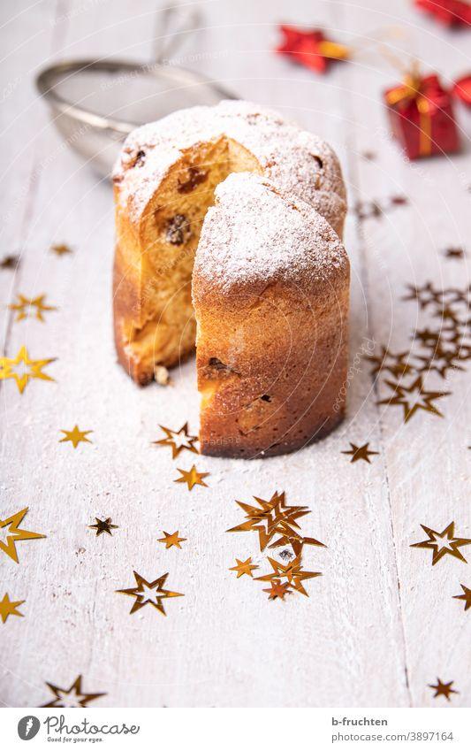 Kleiner Panettone, Italienischer Kuchen mit Weihnachtsdekoration Puderzucker Weihnachten Backwaren süß lecker backen Süßwaren Weihnachten & Advent