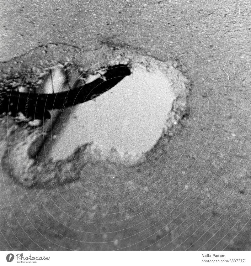 Der reflektierte Fahrradreifen analog Analogfoto Schwarzweißfoto Fahrbahn Pfütze Spiegelung Reifen Speichen Außenaufnahme Tag Rad menschenleer nass Wasser