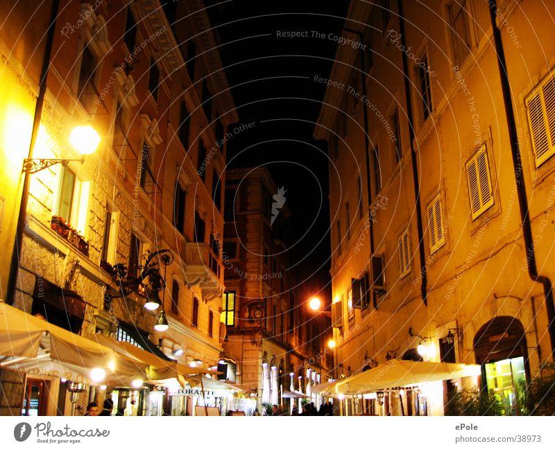 Alle Wege führen durch Rom Romantik Architektur Straße Beleuchtung