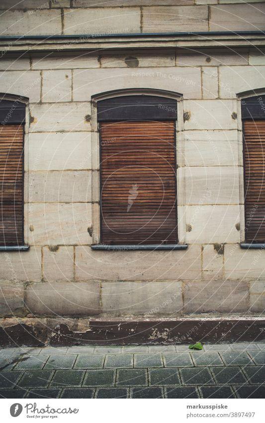 Rolladen geschlossen Wand Mauer Fassade Haus Fenster Beton Teer Versiegelung Flächenverbrauch Straße Gehweg Sandsteinhaus Altbau Holzrollo