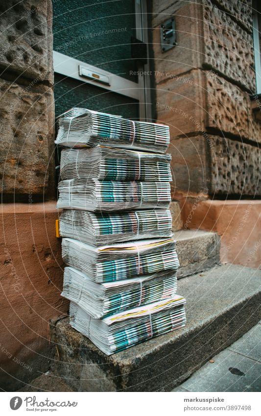 Tageszeitungsstapel bereit zur Auslieferung Bankmitarbeiter Bargeld dax Dollar Steinkohle Finanzen fonds Hang-Seng Heckenfond investieren Investition Management