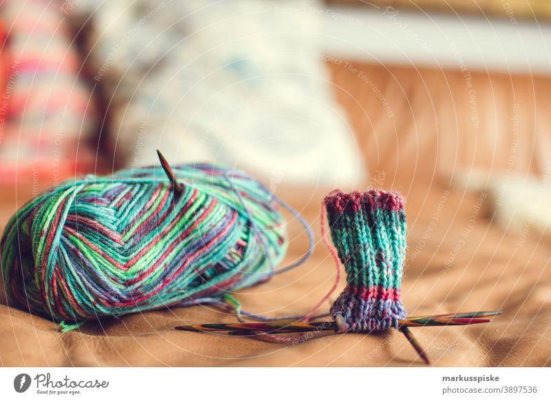 Socken stricken Strickmuster Wolle Wollknäuel bunt heimwerken Heimwerker Handarbeit handarbeiten