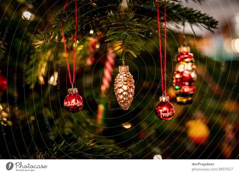 Weihnachtsbaum mit Weihnachtskugeln Zentralperspektive Schwache Tiefenschärfe Lichterscheinung Reflexion & Spiegelung Silhouette Kontrast Schatten Nacht Abend