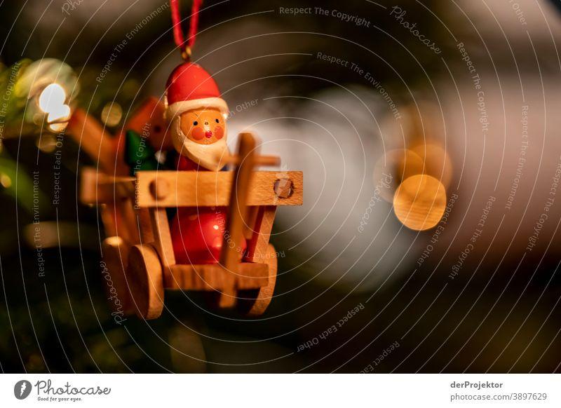 Weihnachtsbaum mit Nikolaus/Weihnachtsmann Zentralperspektive Schwache Tiefenschärfe Lichterscheinung Reflexion & Spiegelung Silhouette Kontrast Schatten Nacht