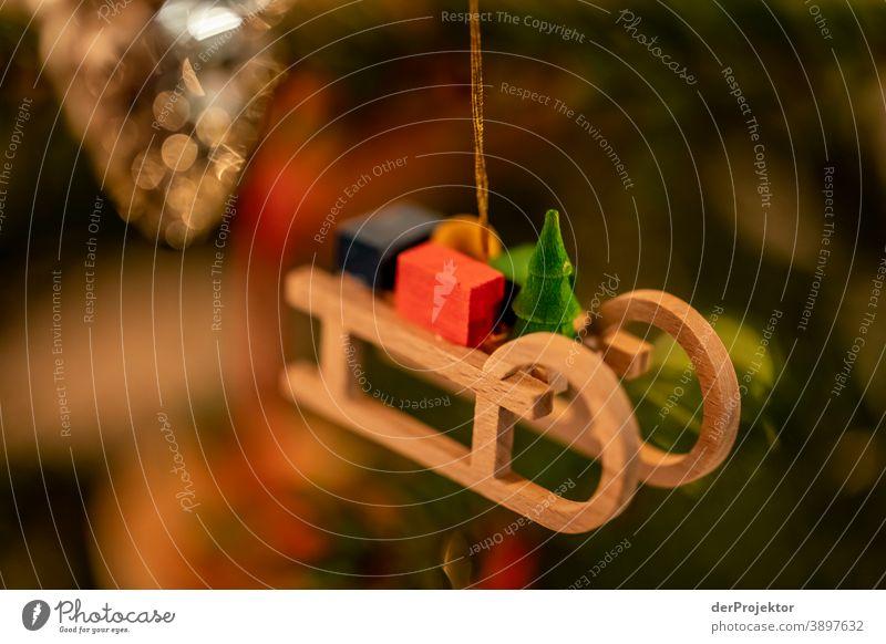 Weihnachtsbaum mit Schlitten Zentralperspektive Schwache Tiefenschärfe Lichterscheinung Reflexion & Spiegelung Silhouette Kontrast Schatten Nacht Abend