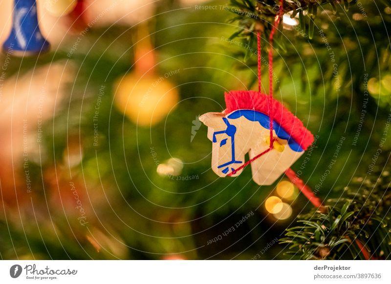 Weihnachtsbaum mit Pferd Zentralperspektive Schwache Tiefenschärfe Lichterscheinung Reflexion & Spiegelung Silhouette Kontrast Schatten Nacht Abend