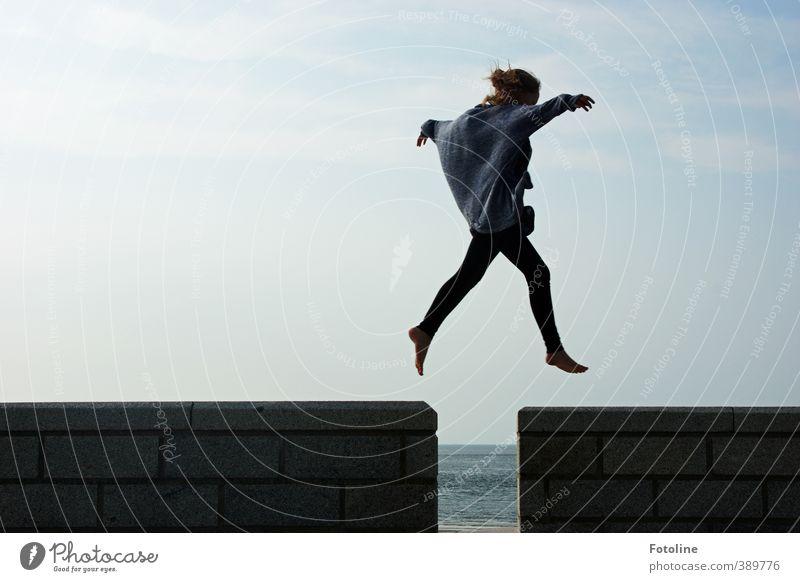 Ich kann fliegen!!! Mensch feminin Kind Mädchen Kindheit Körper Kopf Arme Hand Finger Beine Fuß Himmel Wolken ästhetisch sportlich elegant frei Mauer springen