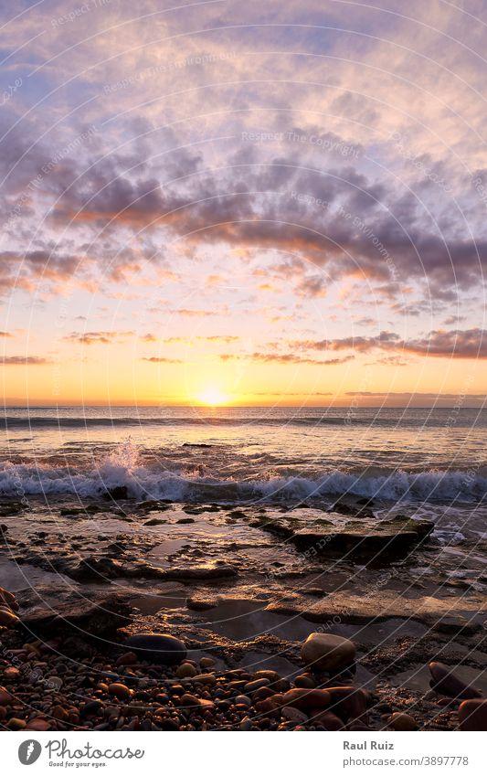 Sonnenaufgang am felsigen Strand Wasser Küstenlinie Straße im Freien Natur leer blau Himmel schön Horizont Verkehr Transport Autobahn Land Szene Morgendämmerung