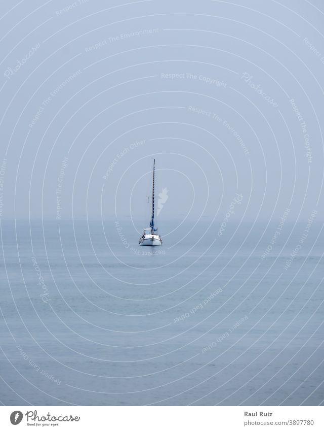 Segelboot auf dem Ozean bei bedecktem Himmel Regatta Besatzung windig Ansicht im Freien Gefäße Feiertag Konkurrenz Wasser Abenteuer Meer blau Boot Team Strand