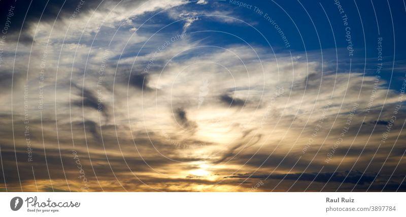 Himmel voller verschiedenfarbiger Wolken in einem Sonnenuntergang Tag Dämmerung Meteorologie Himmel (Jenseits) orange pulsierend Wetter Sonnenlicht Cloud Natur