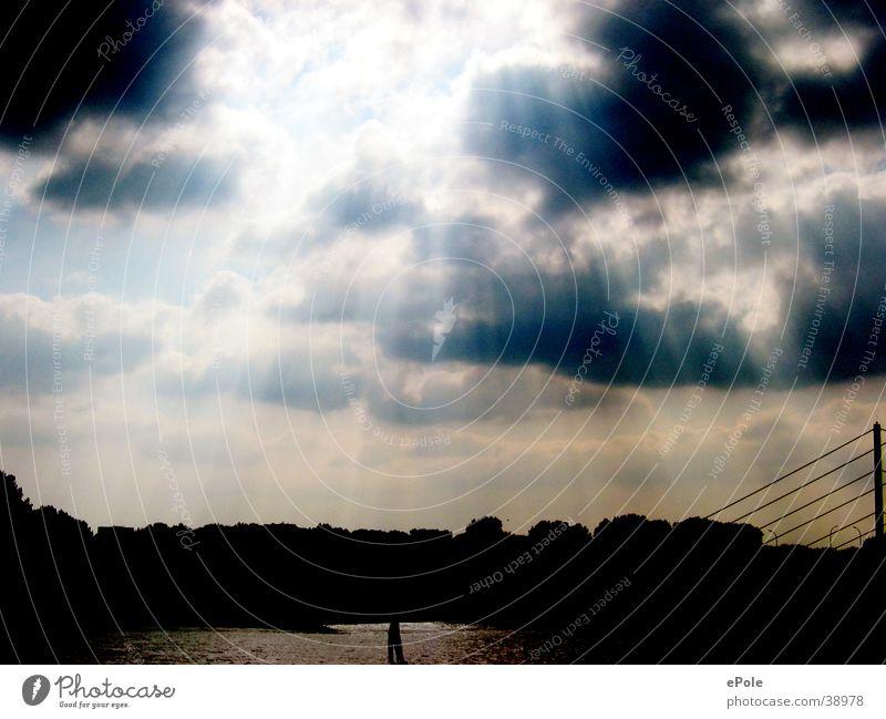 Wolkenspiel Himmel Beleuchtung Gewitter Düsseldorf Rhein schlechtes Wetter