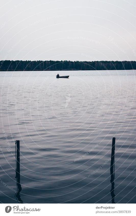Angler auf einem brandenburgischen See Trauer Abschied Gedeckte Farben Kontrast Textfreiraum unten Textfreiraum oben Textfreiraum links Textfreiraum rechts