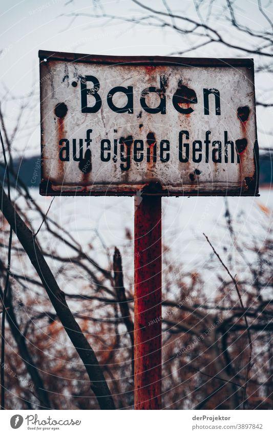 Schild: Baden auf eigene Gefahr Trauer Abschied Gedeckte Farben Kontrast Textfreiraum unten Textfreiraum oben Textfreiraum links Textfreiraum rechts