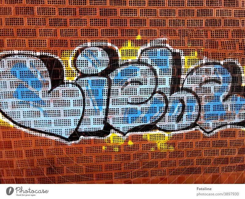"""Alles was zählt - oder ein Graffiti mit dem Wort """"Liebe"""" an eine Backsteinmauer gesprüht Backsteinwand Backsteinfassade Backsteine Ziegel Farbe farbig Fassade"""