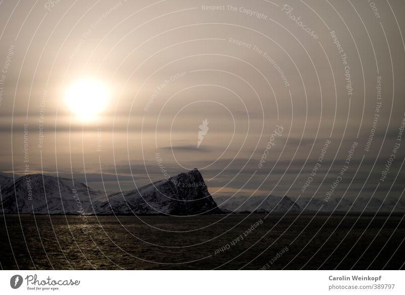Nordkapp. Landschaft Wasser Himmel Sonnenlicht Winter Wind Sturm Eis Frost Schnee Felsen Berge u. Gebirge Schneebedeckte Gipfel dunkel kalt blau gelb gold grau