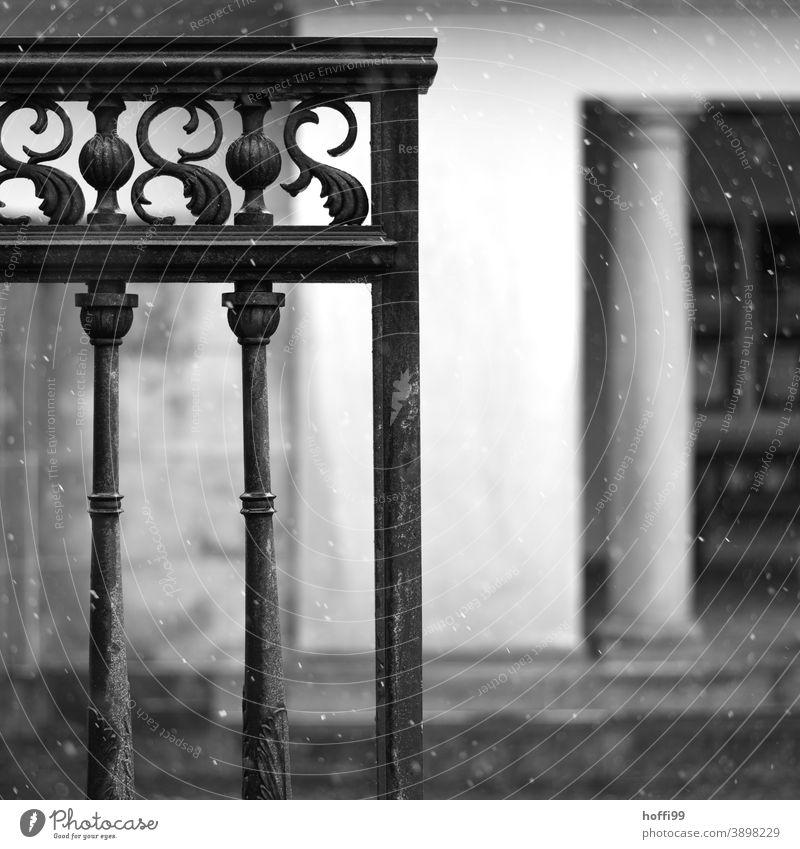 leichtes Schneetreiben mit Eingangstor und Säule Schneefall geschmiedet verziehrung gitterstäbe Klassizismus Winter kalt Schneeflocke dunkel Säulen Säulengang