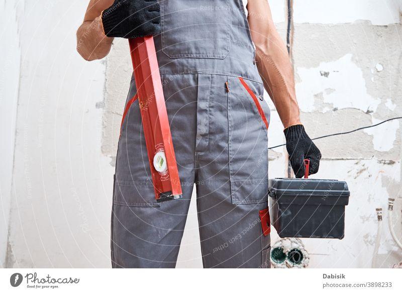 Baumeister in Uniform mit Bauwerkzeug. Reparatur-Konzept Mann Renovierung Werkzeug Instrument Gerät Heimwerker Schutz Bauherr Konstruktion männlich Arbeiter