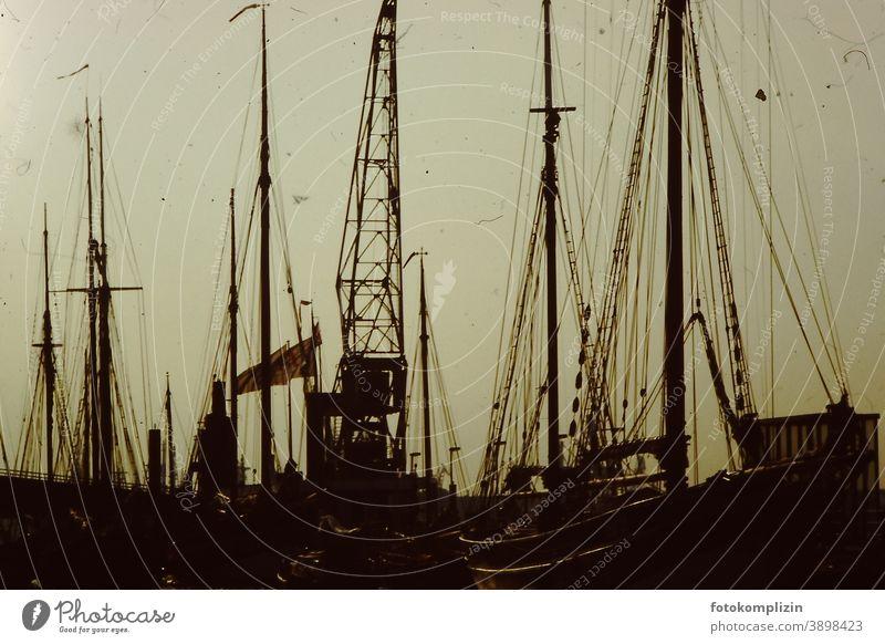 alte Schiffsmast im Dämmerlicht Abendlicht Hafen Abenddämmerung Sonnenuntergangslicht Abendstimmung Kunstlicht Licht Dämmerung Nebelstimmung Stimmung