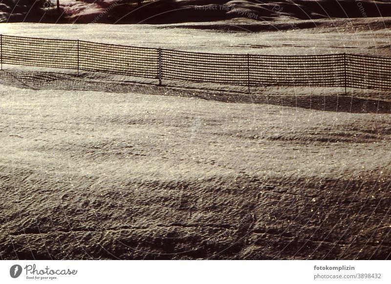 Zaun im glitzernden Schneefeld Schneedecke zaun Weide abgrenzung grenze Winter Eis Winterstimmung kalt Landschaft Schneelandschaft Menschenleer weiß Frost