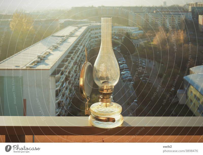 Balkonien Öllampe Balkonbrüstung Panorama (Aussicht) Horizont Sonnenlicht oben Weite Stille Glas Metall Außenaufnahme Farbfoto Menschenleer durchscheinend Licht