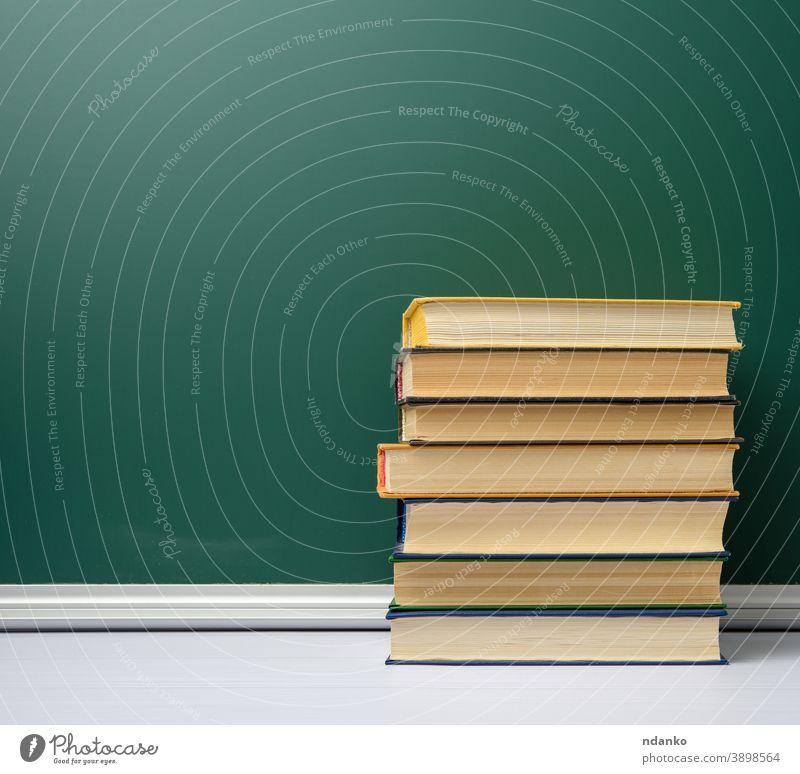 leere grüne Kreide Schultafel und Bücherstapel, zurück zur Schule Buch Buchladen Buchhandlung Tafel Archiv Hintergrund blanko Holzplatte Klassenraum zugeklappt