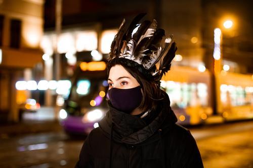 Königin Schatten Nacht Außenaufnahme wild niedlich schön Fröhlichkeit Freundlichkeit Straße Verkehr Straßenbeleuchtung Junge Frau feminin ausgehen Sightseeing