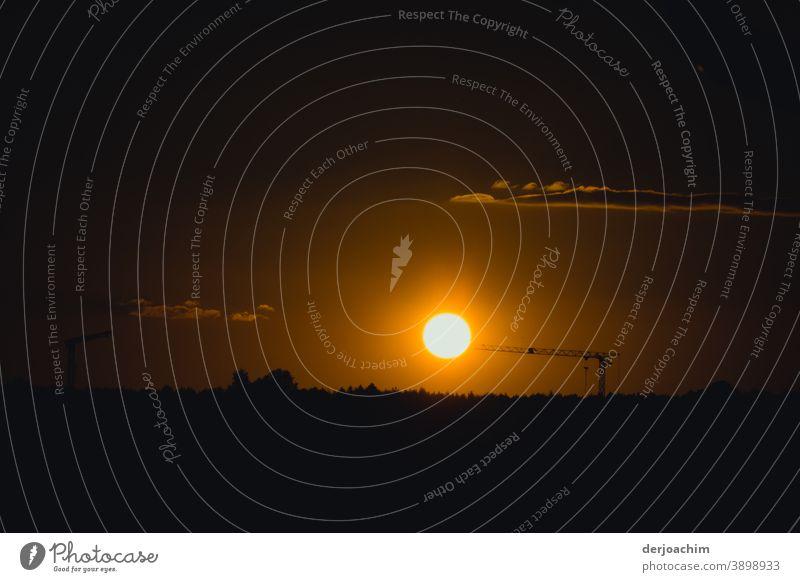 Die Nacht kommt . Nur noch ein letztes leuchten am Horizont . Sonnenuntergang Himmel Wolken Abend Abenddämmerung Natur Landschaft Dämmerung Silhouette