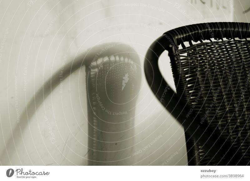 schwarzer Holzstuhl mit dem Schatten hölzern Stuhl Hintergrund Textfreiraum Farbfoto Schwache Tiefenschärfe Tag Sitzgelegenheit Menschenleer Möbel Gartenmöbel