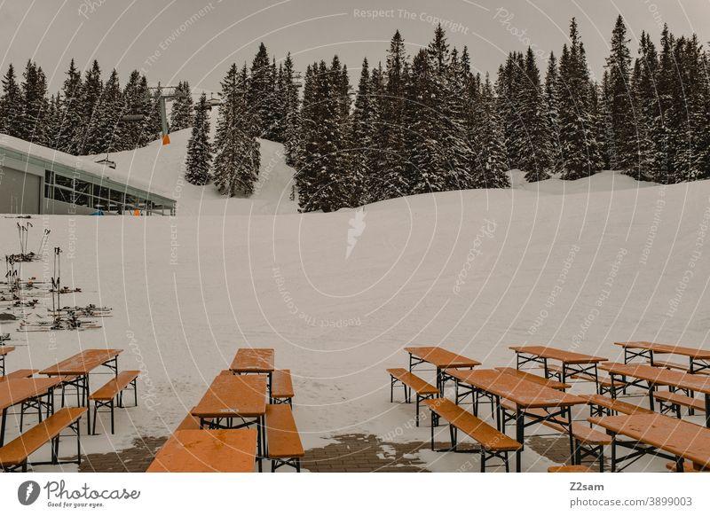 Leere Bierbänke auf Skihütte Berge Restaurant alpenländisch Tourismus Skifahren Wintersport Urlaub Ferien Snowboard Erholung anzüglich menschenleer geschlossen