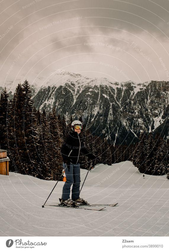 Skifahrerin in Ratschings Südtirol südtirol Skifahren Wintersport Berge Schafe alpenländisch Frau Steuerruder Sport Wald Landschaft Grün grau Kälte italienisch