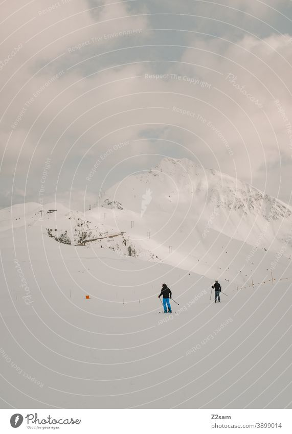 Rentnerpaar beim Skifahren vor Bergkulisse südtirol Wintersport Berge Schafe alpenländisch Steuerruder Sport Landschaft Kälte italienisch Urlaub Piste Skigebiet