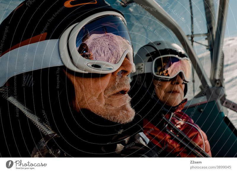 Rentnerpaar beim Skifahren im Lift südtirol Wintersport Berge Schafe alpenländisch Steuerruder Sport Landschaft Kälte italienisch Urlaub Piste Skigebiet