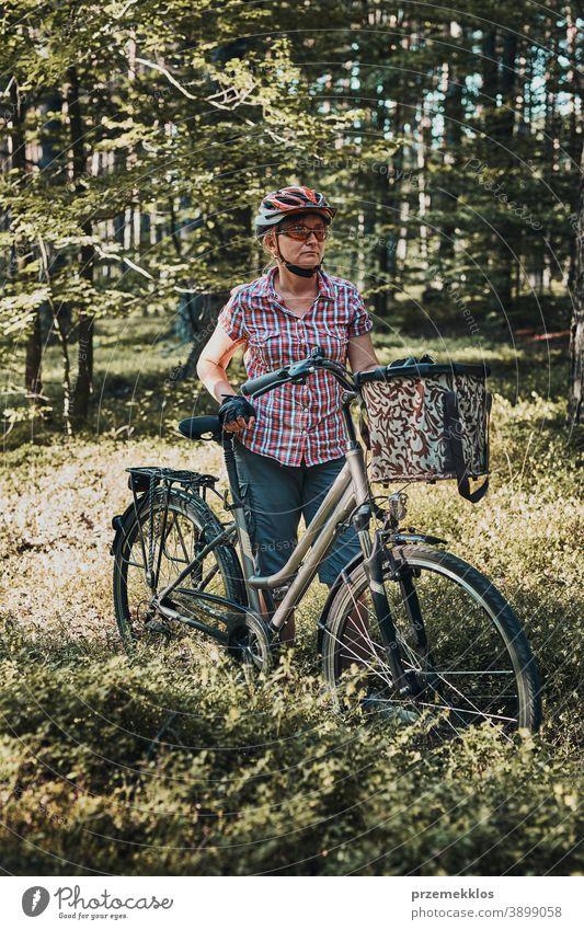 Aktive Frau verbringt freie Sommerferien auf einer Fahrradtour im Wald Freude Freiheit fallen Erholung Abenteuer genießen Waldlandschaft Waldbäume Schneise