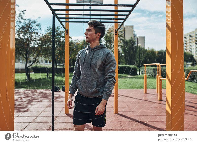 Junger Bodybuilder macht Pause während seines Trainings in einem modernen Fitnesspark calisthenics Pflege Kaukasier Gesundheit Lifestyle männlich Mann im Freien