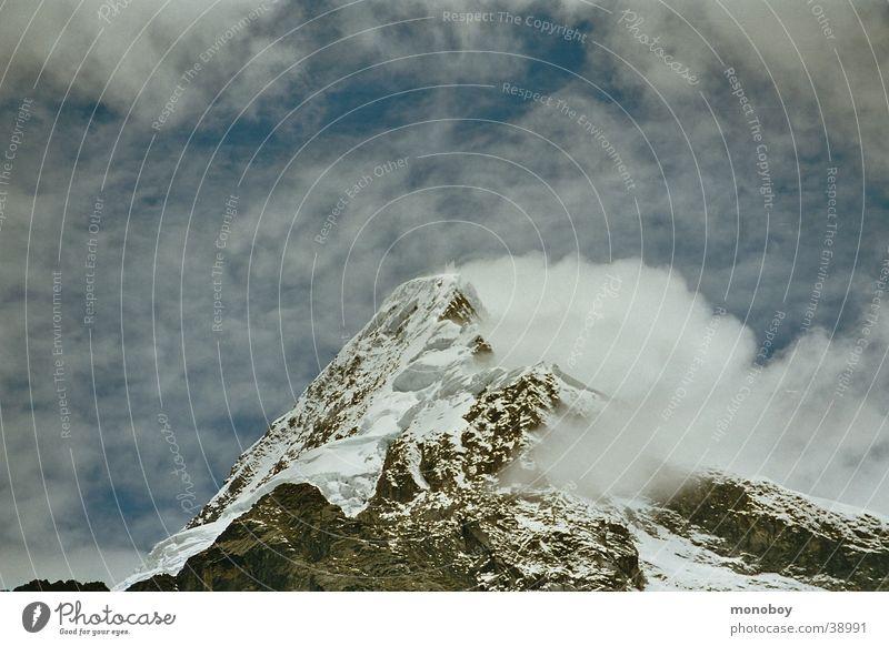 Peru, Santa Cruz Trek Schnee Berge u. Gebirge Landschaft Nebel Schneelandschaft Gletscher Dunst Schneebedeckte Gipfel Wolkenhimmel Vor hellem Hintergrund