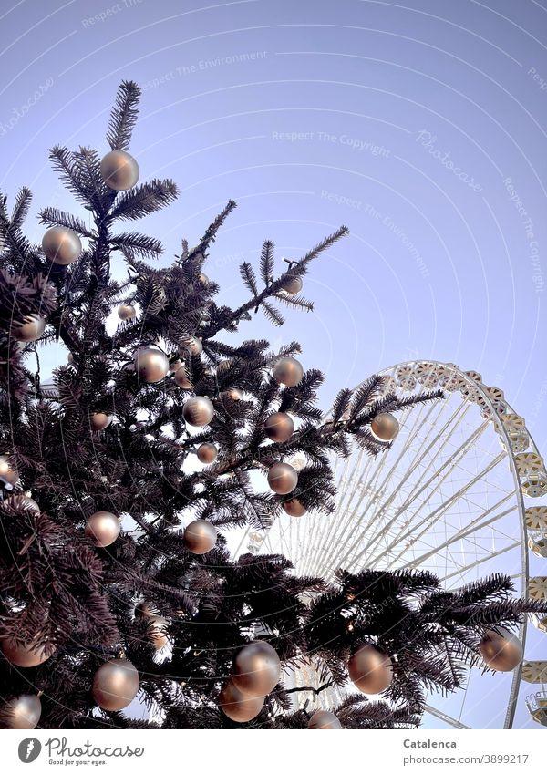 Stillstand; Weihnachtsbaum im Vordergrund, dahinter ein verwaistes Riesenrad | corona thoughts Christbaum Weihnachtsschmuck Tanne Weihnachten & Advent Tradition