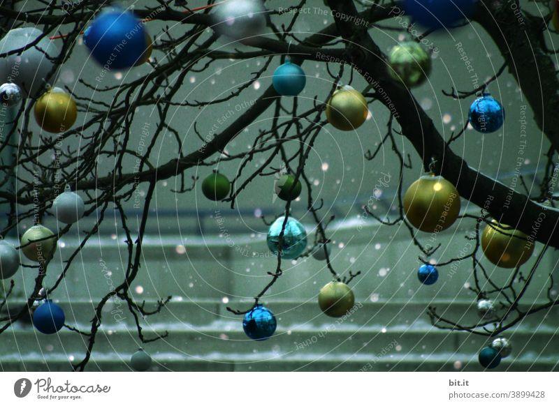 Christbaumkugeln im Schneefall. grün blau Baum Baumschmuck Christbaumschmuck Weihnachten & Advent Dekoration & Verzierung Tradition Weihnachtsdekoration