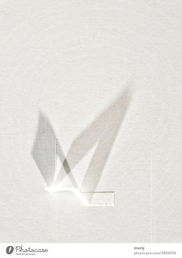 Schattenwerfendes weißes Klebeband an einer weißen Wand. Schattenspiel reduziert abstrakt Mauer minimalistisch Licht ästhetisch Strukturen & Formen