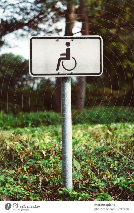 Behindertenparkplatz Parkerleichterung Parkerleichterungen Parkplatz parken Auto Verkehr Behinderung Rollstuhl