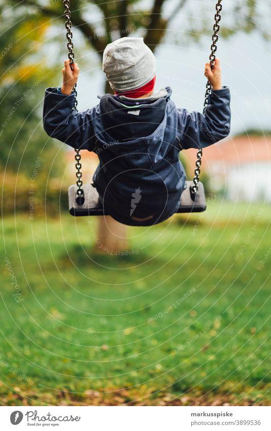 Kinderschaukel Kindergarten Spielplatz Spielplatzgeräte schaukeln Schaukel Kleinkind Spielen Kindheit Junge