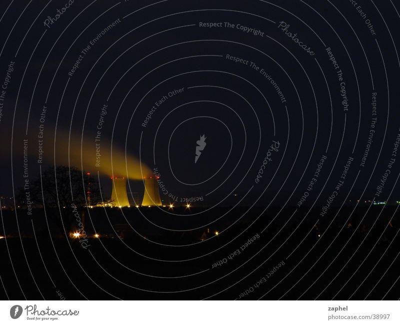 Strahlendes Kernkraftwerk in der Nacht Langzeitbelichtung Umwelt Strahlung Industrie Lichtverschmutzung