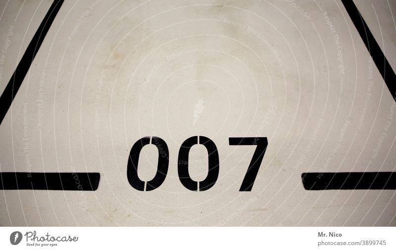 Agentenparkplatz Ziffern & Zahlen Linie schwarz Parkplatz Parkhaus parken Schilder & Markierungen Parkdeck 007 James Bond Begrenzung leer Garage Tiefgarage