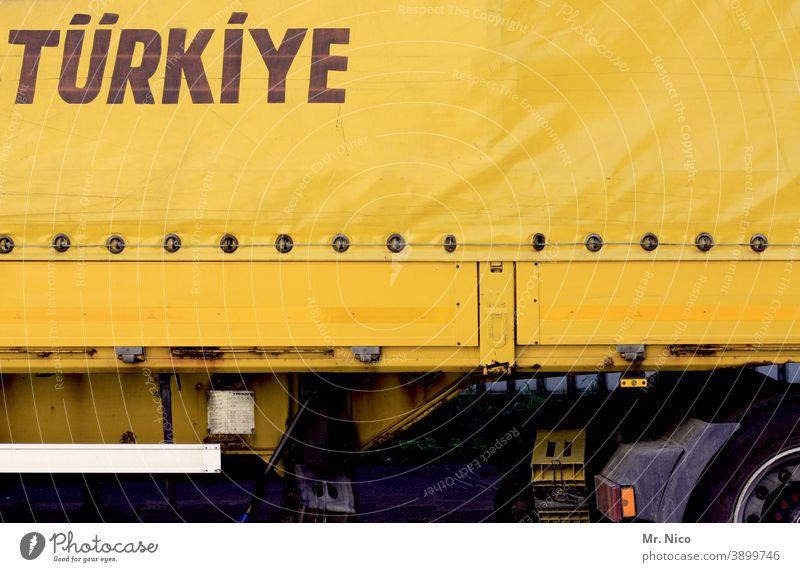 systemrelevant I für uns auf Achse Güterverkehr & Logistik Verkehr Straße Lastwagen Verkehrsmittel Fahrzeug Anhänger Türkei Europa gelb lkw-plane LKW-Anhänger