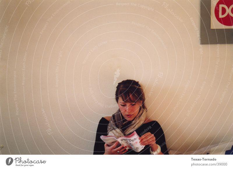 Raphus Cucullatus Frau weiß Wand Raum lesen Geistesabwesend
