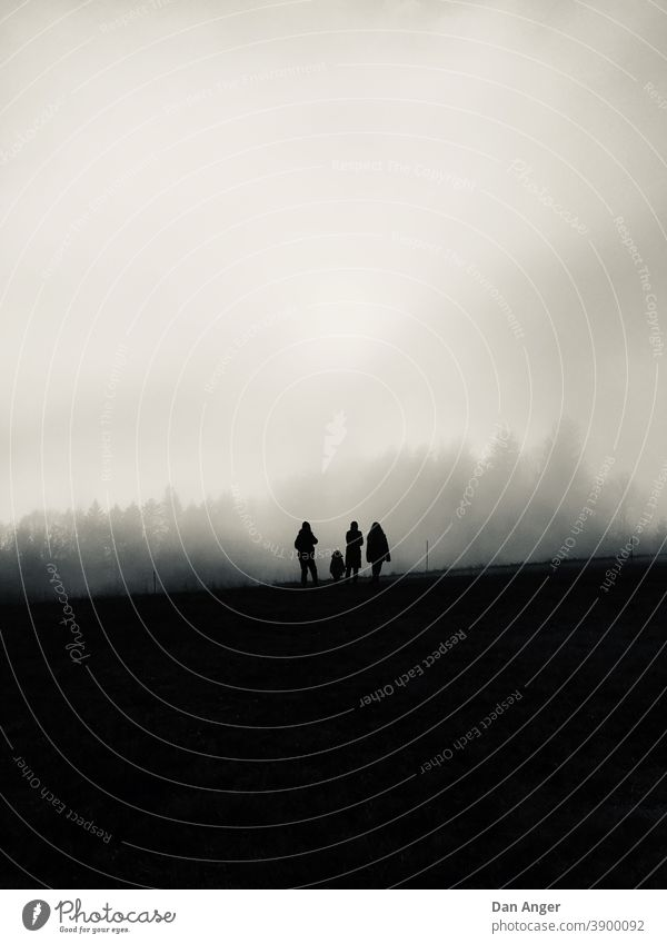 Silhouette einer Familie im Nebel Monochrom Wald Herbst