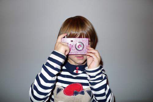 Kind mit Kamera Fotograf fotografin kamera Kameramann kamerafrau Spielzeugkamera
