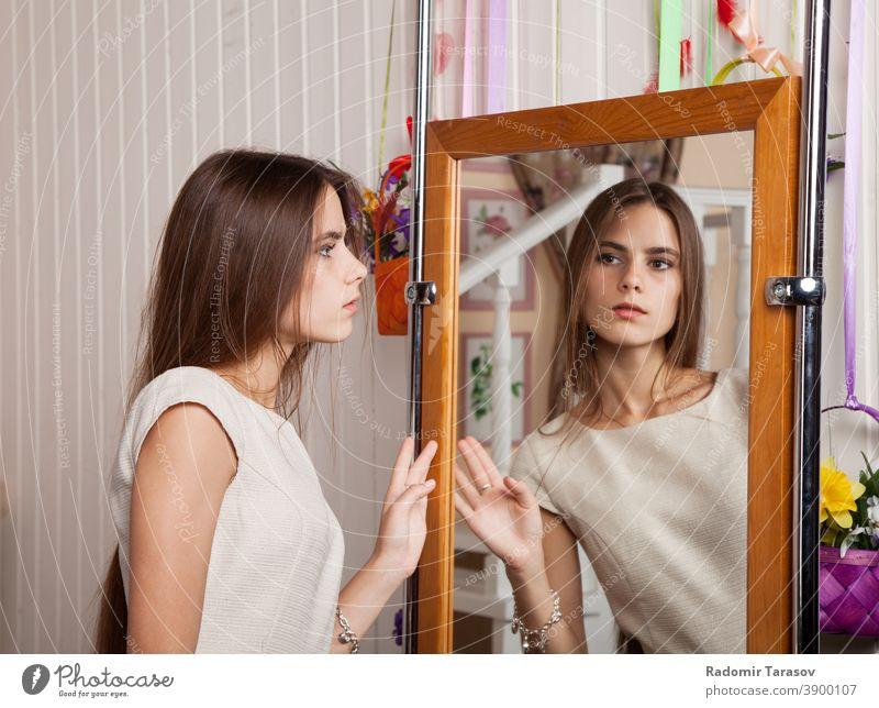 Reflexionen Mädchen Model Glamour Behaarung jung Porträt Kleid Hände hell Gesicht stylisch menschlich Atelier Stilrichtung sinnlich lieblich Sinnlichkeit