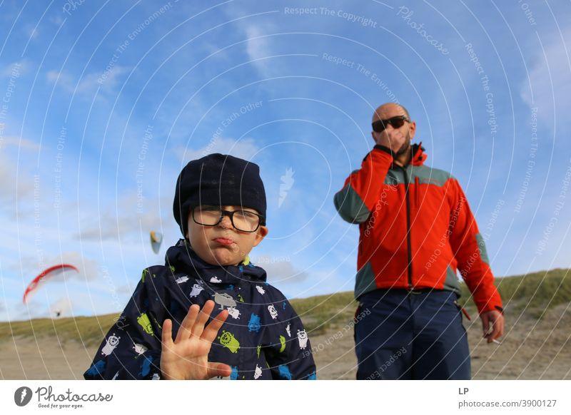 Vater und Sohn in der realen Lebenssituation Mitgefühl echte Menschen die Welt entdecken Anleitung notwendig Rolle binden Energie einzeln Hintergrundbild