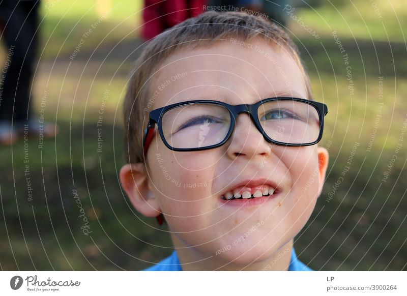 das Gesicht eines glücklich lächelnden Kindes mit Brille nonverbale Kommunikation Gesichtsausdruck Körpersprache Mitteilung Kommunizieren charmant